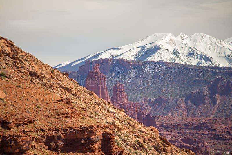 Наслоенный ландшафт Юты показывая горный склон, башенкы песчаника, скалистые скалы и снежные горы стоковые изображения rf