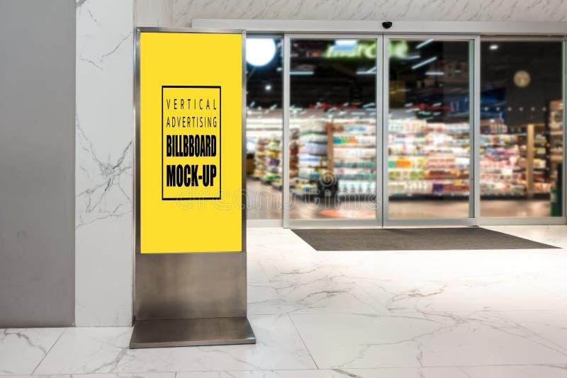 Насмешка вверх по вертикальной рекламируя афише в супер магазине стоковое фото
