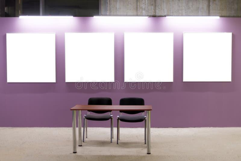 Насмешка вверх Пустые картинные рамки на розовой стене в интерьере просторной квартиры Стена галереи с пустым плакатом обрамляет  стоковые фото