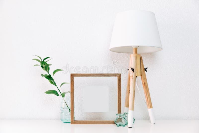 Насмешка плаката рамки вверх с зеленым растением в вазе и нордических украшениях стоковые фото