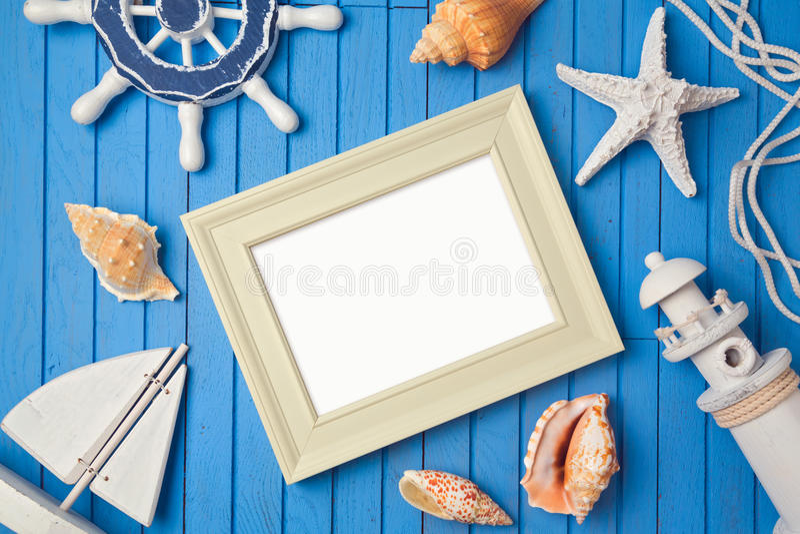 Насмешка рамки плаката летнего отпуска вверх по шаблону над взглядом Плоское положение стоковые фотографии rf