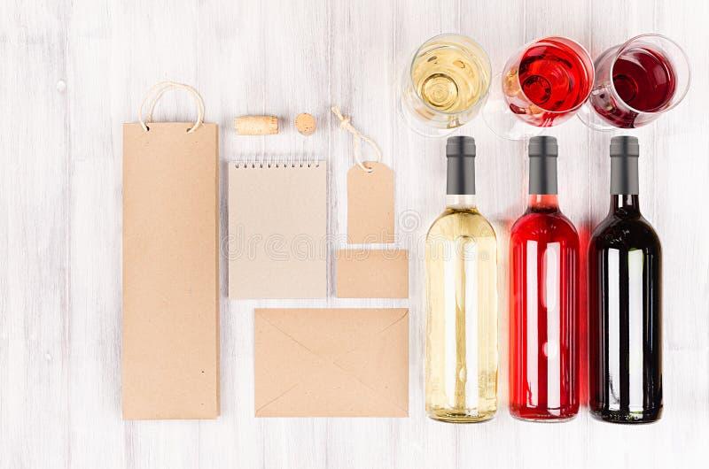 Насмешка фирменного стиля вверх для винодельческой промышленности - пустая упаковка, канцелярские принадлежности установила с бок стоковое изображение rf