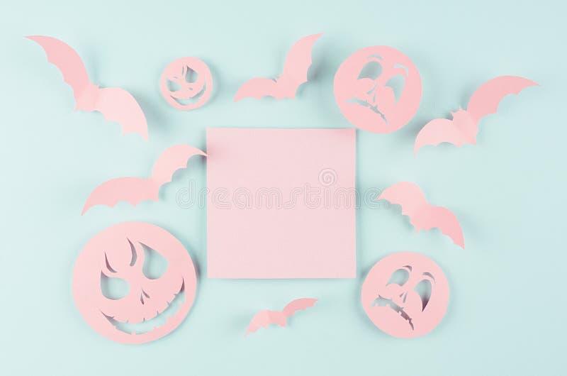 Насмешка шаржа хеллоуина вверх для рекламировать, дизайна, крышки - розового бумажного квадрата с летучими мышами и сторон зомби  стоковая фотография