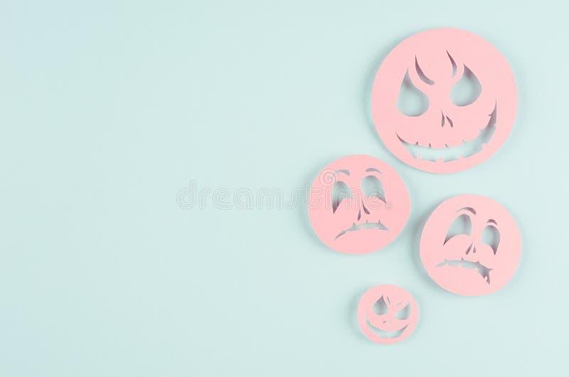 Насмешка шаржа хеллоуина вверх для рекламировать, дизайн, крышка - розовые бумажные стороны emoji летают на пастельную предпосылк стоковая фотография