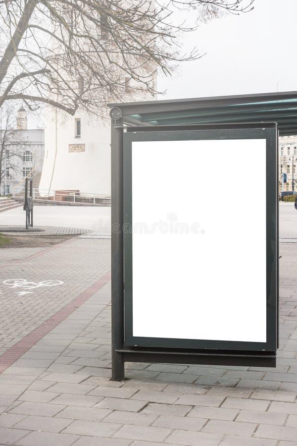 Насмешливая поднимающая вверх коробка света афиши на улице автобусной остановки на открытом воздухе стоковые фото