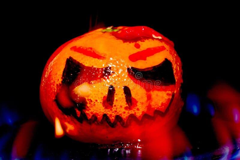 Насмешливый хеллоуин ввел тыкву в моду на огне стоковая фотография rf