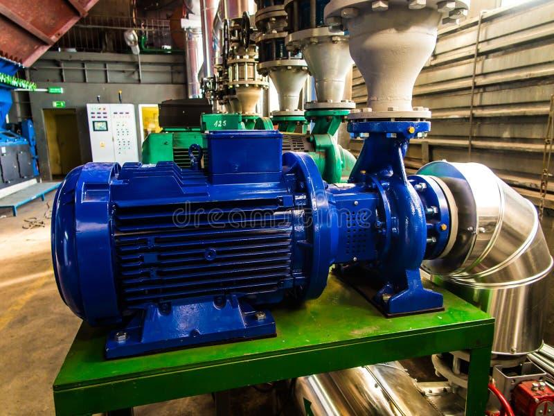 Насосы, клапаны и вода тубопровода - горячая и холодная стоковые фото