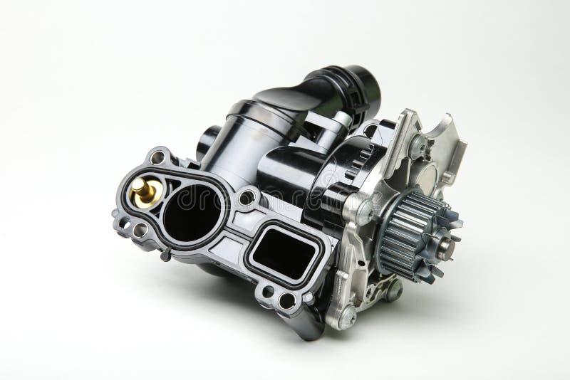 Насос двигателя автомобиля на белой предпосылке стоковые изображения