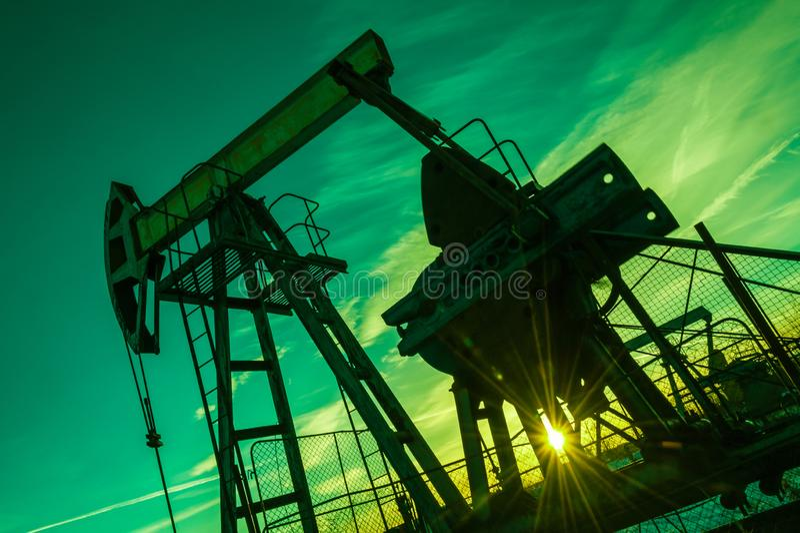 насос масла Россия индустрии фильтрованный красный цвет насоса масла jack изображения pumpjack Россия Сибирь нефтяной скважины ма стоковые изображения