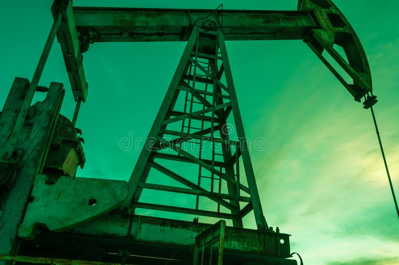 насос масла Россия индустрии фильтрованный красный цвет насоса масла jack изображения pumpjack Россия Сибирь нефтяной скважины ма стоковая фотография rf