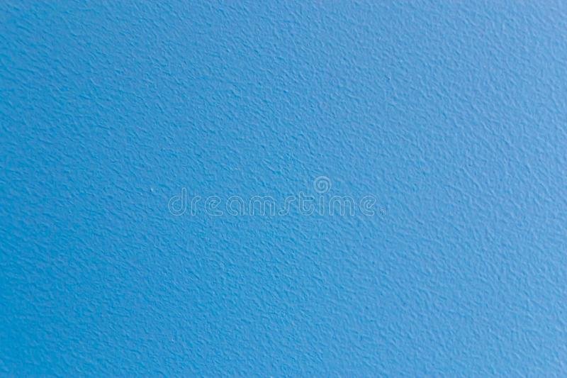 Настенная поверхность окрашена в светло-синий цвет, текстурный фон стоковые фото