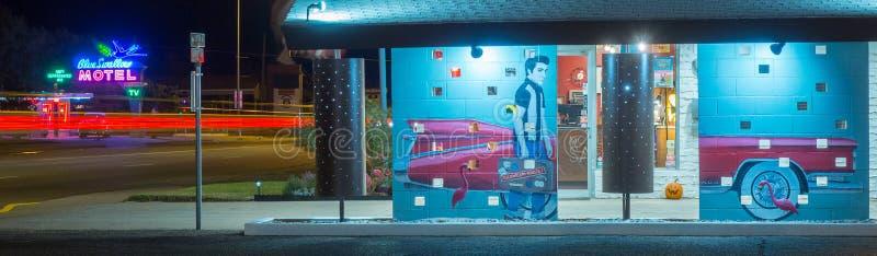 Настенная роспись и голубой мотель ласточки, неоновая вывеска Маршрут 66 стоковая фотография