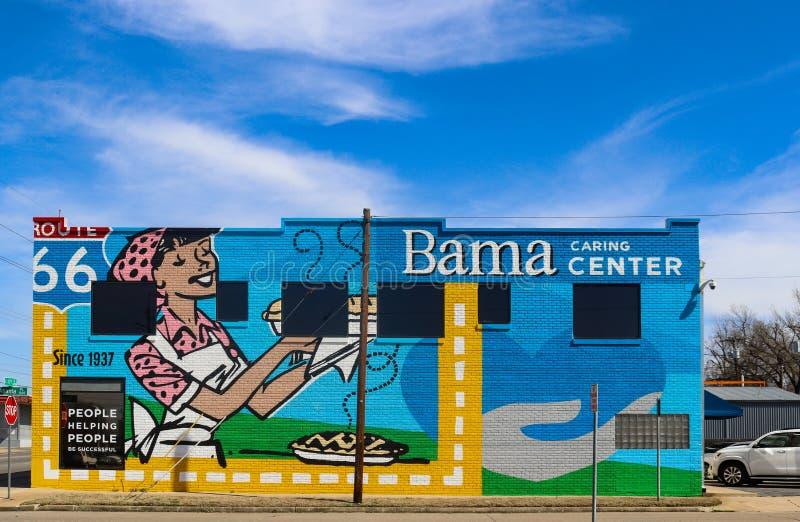 Настенная роспись на стороне центра Bama заботя на трассе 66 построенной для того чтобы помочь работникам компаний пирога с обслу стоковая фотография