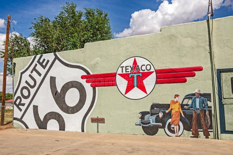 Настенная роспись трассы 66 с знаком Texaco стоковые фото