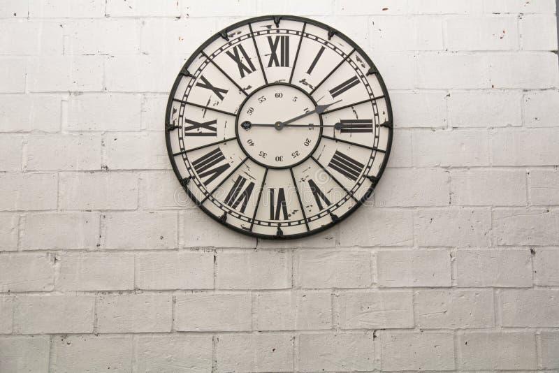 Настенные часы на предпосылке обоев утеса стоковая фотография rf