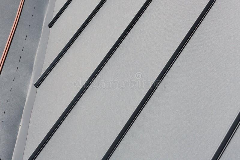 Настелите крышу металлический лист или рифлёная крыша здания фабрики или складируйте стоковые фотографии rf