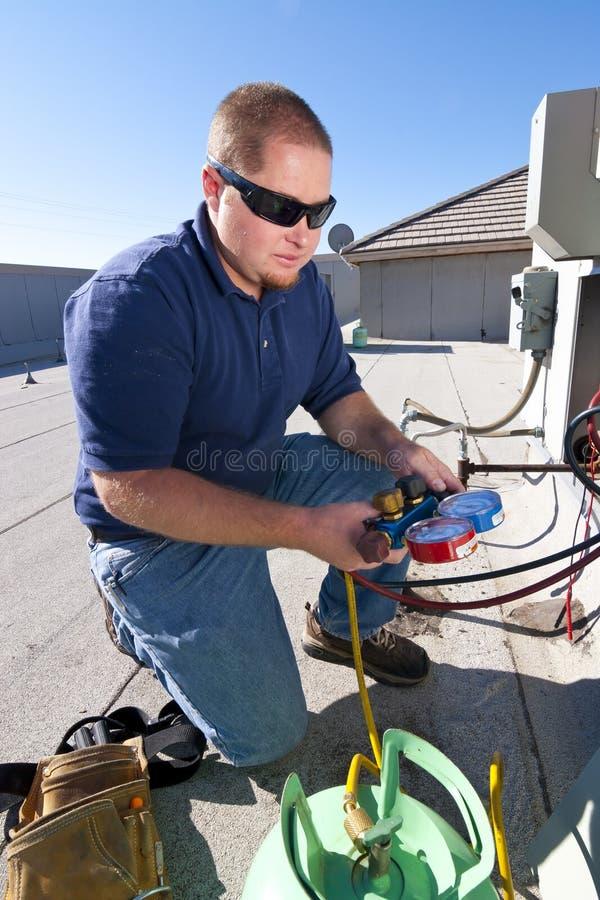 Настилите крышу верхний ремонт кондиционера стоковая фотография rf