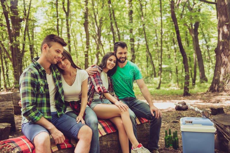 Настолько симпатичный! 2 пожененных пары отдыхают в campgroung в su стоковая фотография