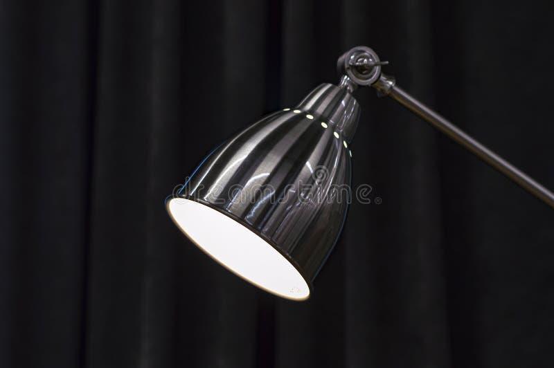 Настольная лампа Chrome светит вниз стоковые изображения