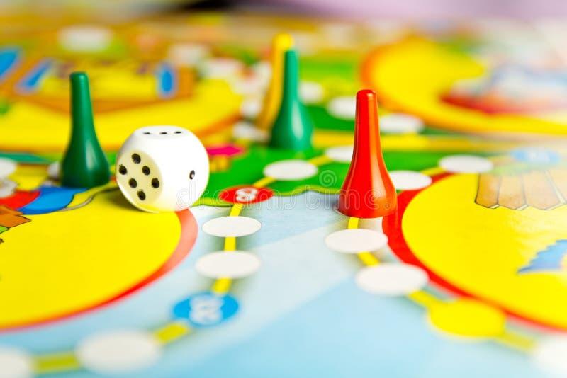 Настольные игры для дома Желтая, зеленая и красная пластмасса откалывает стоковое фото