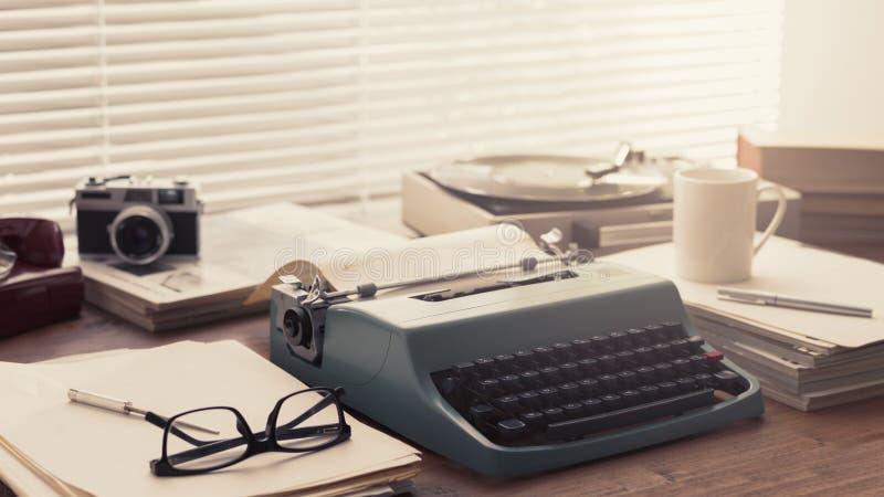 Настольный компьютер писателя и журналиста винтажный с машинкой стоковые фото