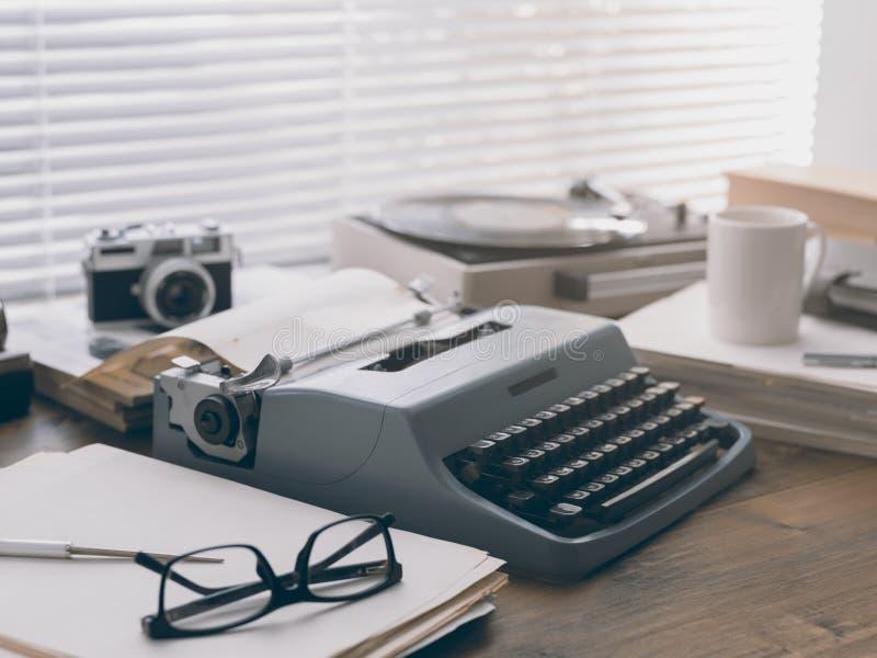 Настольный компьютер писателя и журналиста винтажный с машинкой стоковое фото rf
