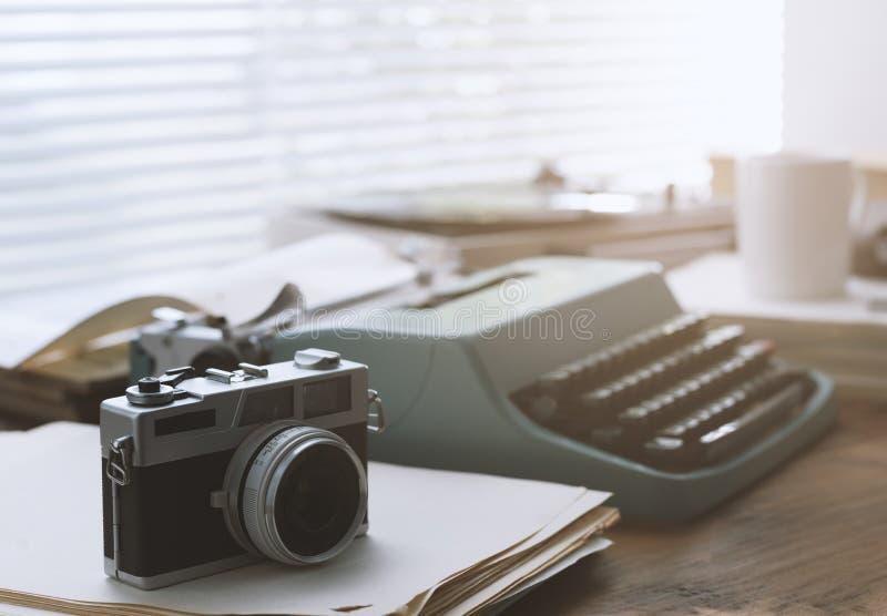 Настольный компьютер писателя и журналиста винтажный с машинкой стоковое фото