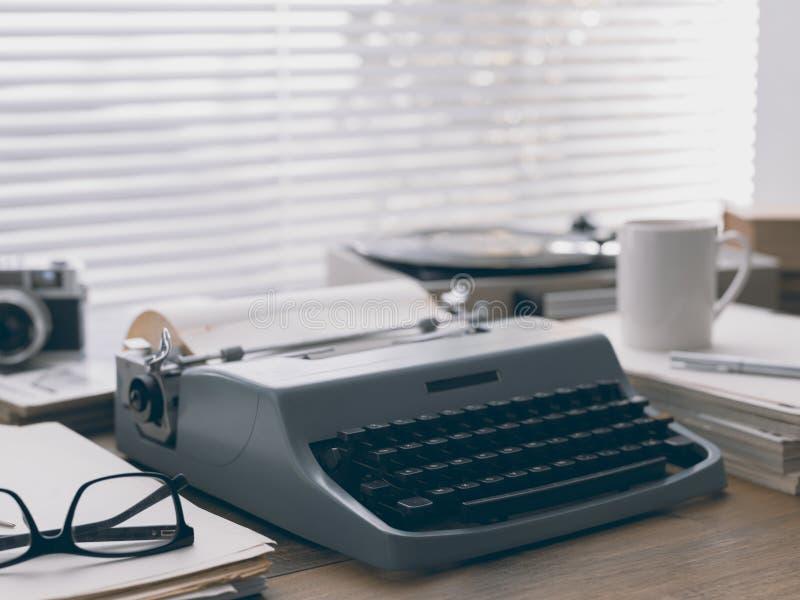 Настольный компьютер писателя и журналиста винтажный с машинкой стоковое изображение rf