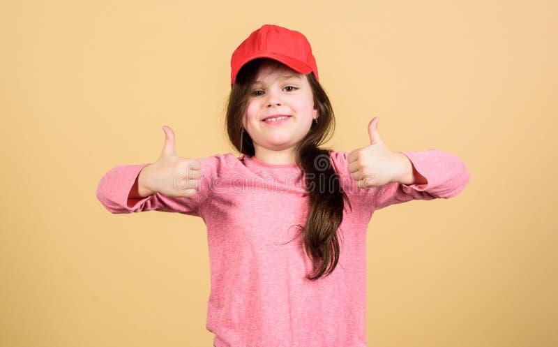 Настоящее удовольствие Милый небольшой ребенок показывая жестами знак утверждения и чувствуя удовольствие Прелестный показ малень стоковое изображение