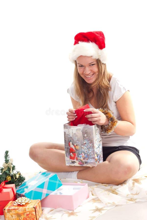 настоящие моменты девушки рождества лежа стоковая фотография rf