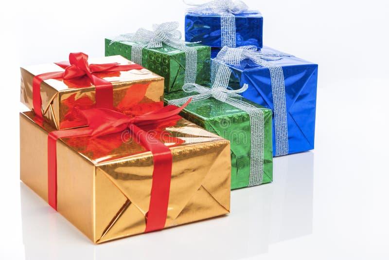 Настоящие моменты и концепции торжества Много красочных обернутых вверх подарочных коробок стоковое фото rf