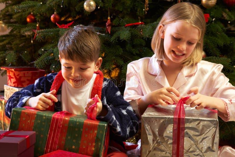 настоящие моменты отверстия рождества детей стоковая фотография