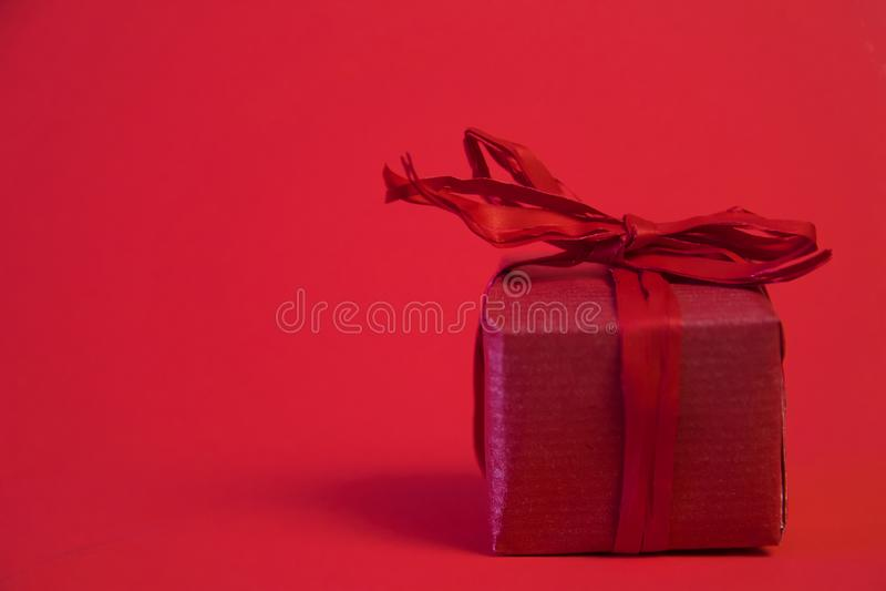 Настоящие моменты подарков рождества на красной предпосылке Простые, классические, красные и белые в оболочке подарочные коробки  стоковая фотография rf