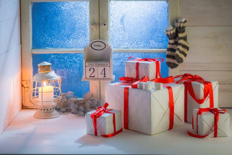 Настоящие моменты для рождества с замороженными голубыми окном и светом горящей свечи стоковое изображение rf