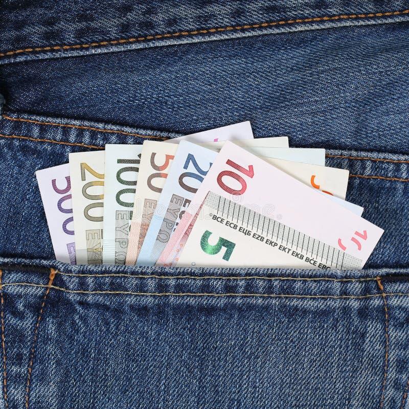 Настоящие примечания евро в карманниках карманн брюк стоковая фотография rf