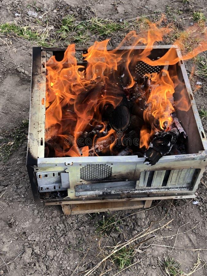 настоящий огонь в старом случае компьютера стоковые изображения