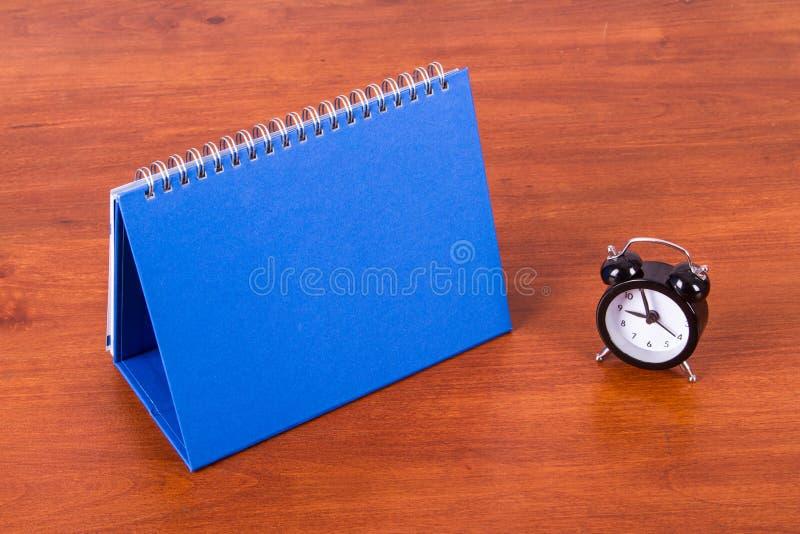 Настольный календарь и будильник стоковое фото rf