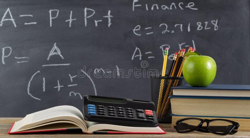 Настольный компьютер школы для учить формулы финансов стоковая фотография