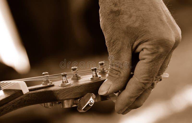 настраивать гитары стоковые фото