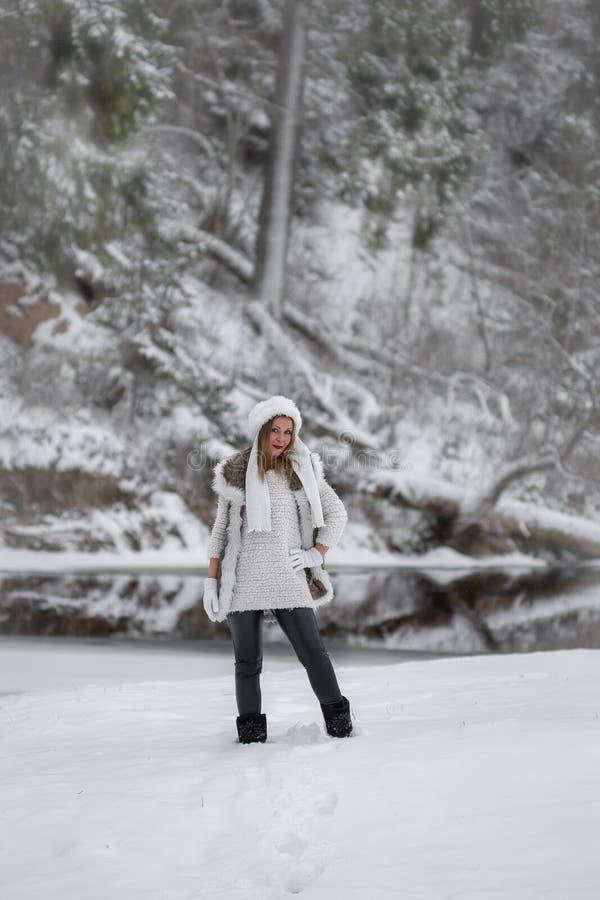 Настроение зимы веселое, девушки с чудесными голубыми глазами стоковые фотографии rf