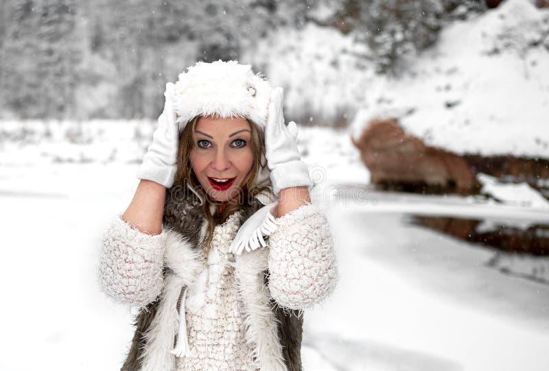 Настроение зимы веселое, девушки с чудесными голубыми глазами стоковое фото rf