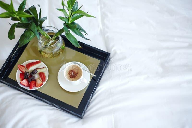 Настроение с кофе в кровати Красивая жизнь Поднос взгляда сверху с плодами и Expresso Роскошный образ жизни Хорошее утро очарован стоковая фотография