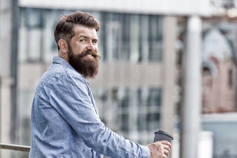Настройте на новый день Хипстер Гай бородатый наслаждаясь кофе самостоятельно Ежедневные ритуалы Концепция кофе утра Энергия кофе стоковое изображение