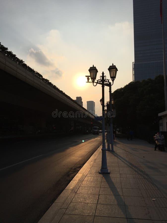 Наступление ночи кроме повышенного шоссе в Шанхае, Китае стоковая фотография