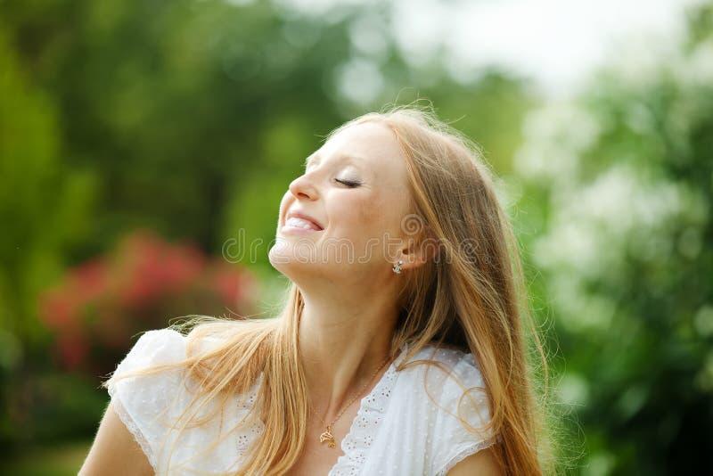 Наслаждаться белокурой длинн-с волосами женщиной стоковая фотография rf