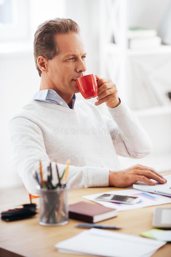 Наслаждаться его перерывом на чашку кофе стоковое фото rf