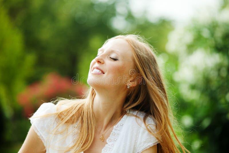 Наслаждаться женщиной средн-постаретой блондинкой стоковое изображение rf