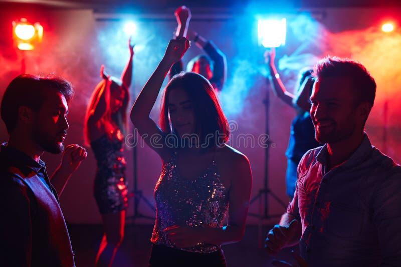 Наслаждаться молодостью на диско стоковые изображения rf