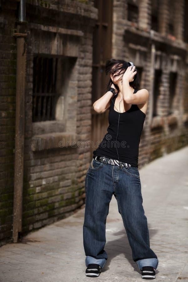 Наслаждаться музыкой на улице стоковое изображение rf