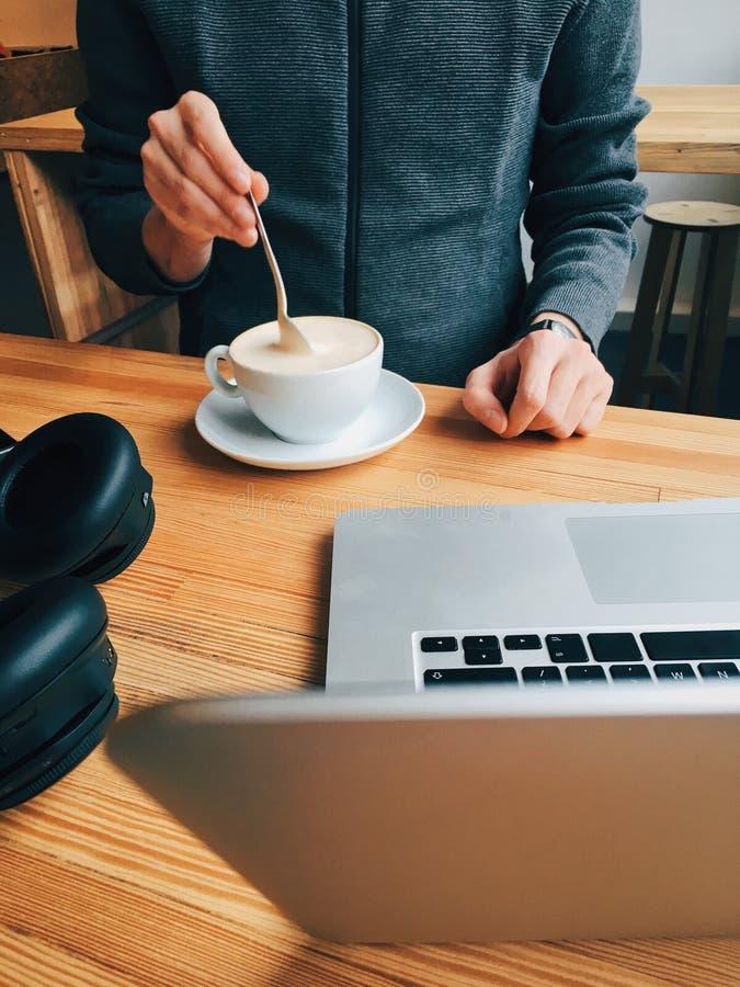 Наслаждаться перерывом на чашку кофе стоковые фото